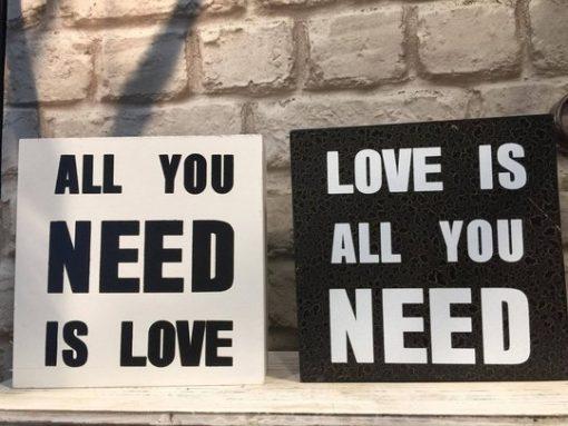 Love is all you need -puutaulu